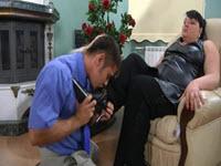 Cicciona ingorda si siede sulla faccia di un giovane