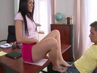 Professoressa fa una sega con i piedi fino alla sborrata