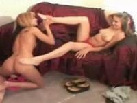 Mignotta bionda lecca i piedi sexy della sua amica