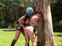 Femdom nel giardino con una schiava sculacciata