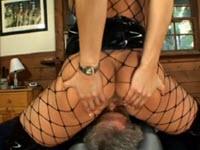 Dominatrice tettona leccata dal suo schiavo