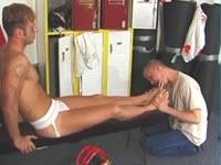 Sesso gay nello spogliatoio con leccate di piedi e anale