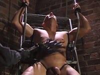 Gay perverso legato riceve frustate sul cazzo grosso