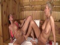 Ditalini vaginali con i piedi tra due troie lesbiche